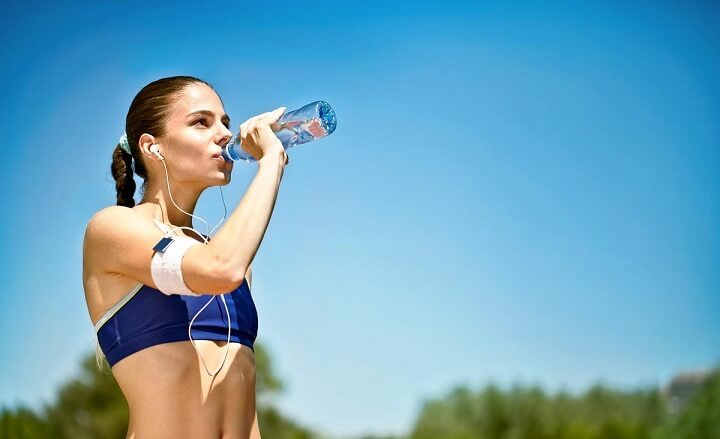 mujer-hidratandose