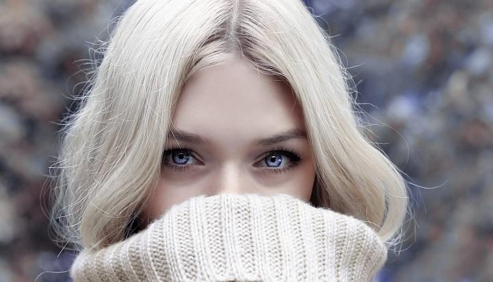 mujer-ojos-azules