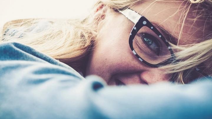 mujer-con-gafas